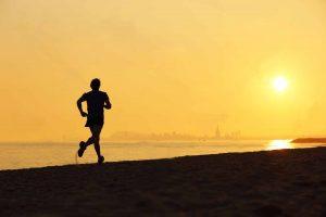 silueta-hombre-corriendo-en-la-playa-al-atardecer
